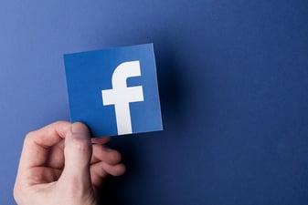 pujas y presupuestos en facebook
